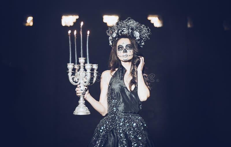 Nahaufnahmeportr?t von Calavera Catrina im schwarzen Kleid Zuckersch?delmake-up Dia De Los Muertos Tag der Toten Halloween lizenzfreie stockbilder