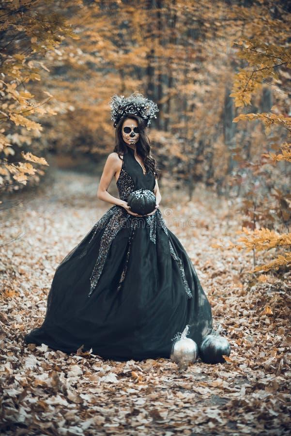 Nahaufnahmeportr?t von Calavera Catrina im schwarzen Kleid Zuckersch?delmake-up Dia De Los Muertos Tag der Toten Halloween lizenzfreie stockfotografie