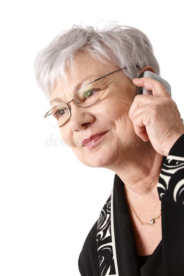 Nahaufnahmeportrait der älteren Frau mit Handy lizenzfreies stockbild