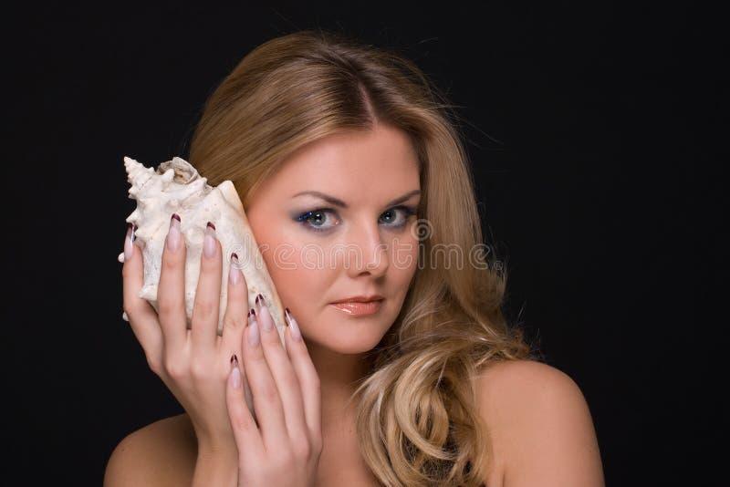 Nahaufnahmeportrait der Art und Weisefrau mit Shell stockbild