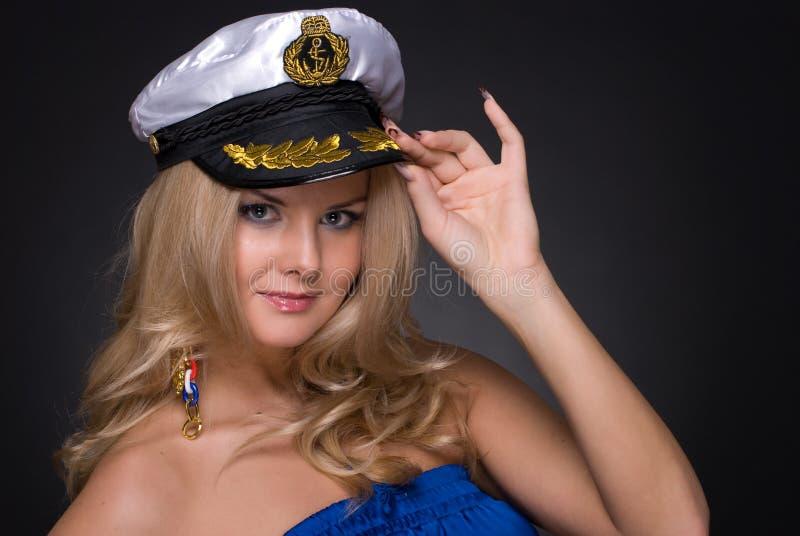 Nahaufnahmeportrait der Frau in der Seemannschutzkappe lizenzfreies stockfoto