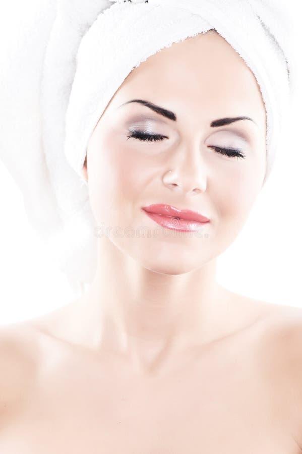 Nahaufnahmeportrait der jungen Frau auf Weiß lizenzfreie stockfotos