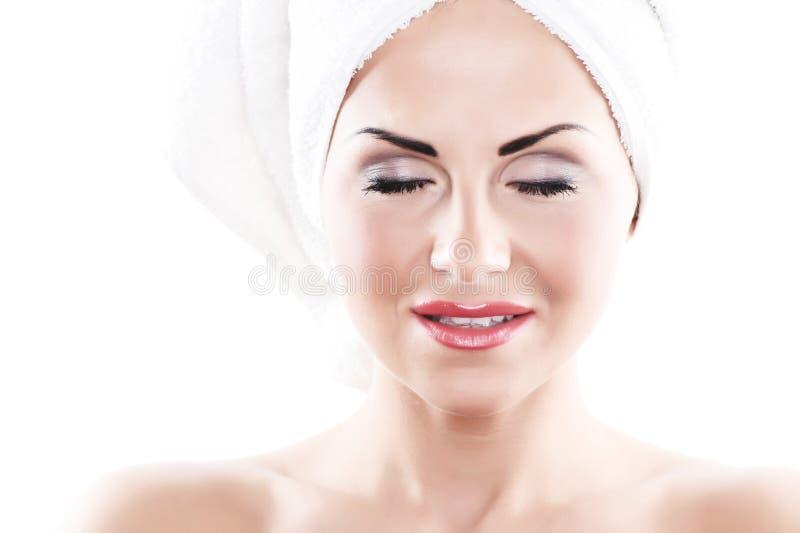 Nahaufnahmeportrait der jungen Frau auf Weiß lizenzfreie stockbilder