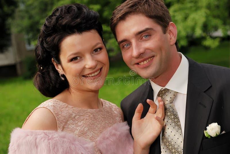 Nahaufnahmeportrait der jungen lächelnden Paare draußen lizenzfreie stockfotos