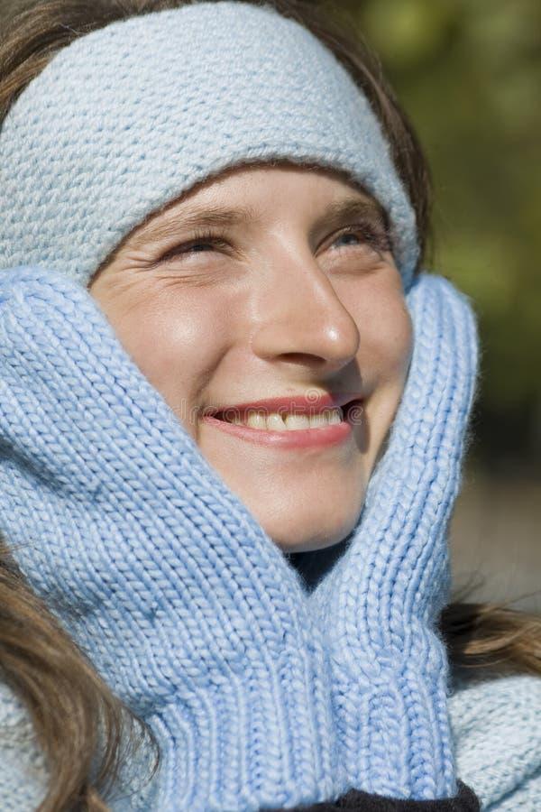 Nahaufnahmeportrait der jungen schönen Frau im wint stockfoto