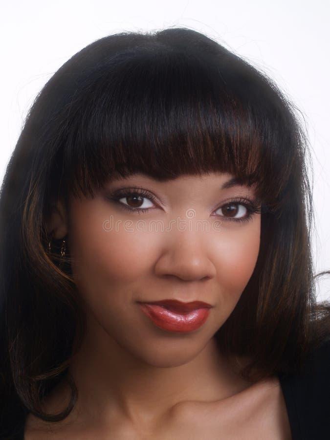 Nahaufnahmeportrait der jungen schwarzen Frau recht stockfotografie