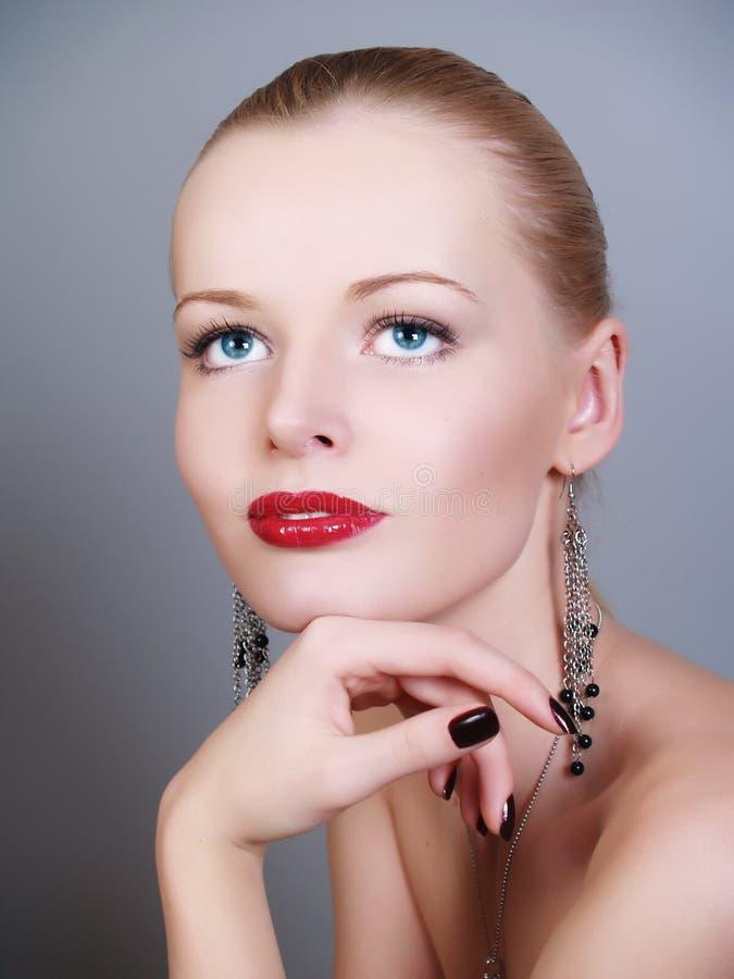 Nahaufnahmeportrait der kaukasischen jungen Frau lizenzfreie stockfotos