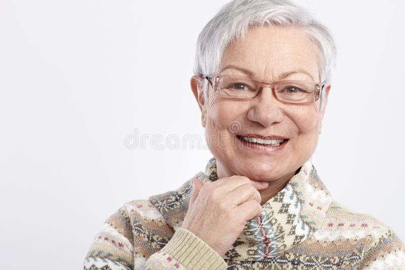 Nahaufnahmeportrait der lächelnden älteren Frau lizenzfreies stockbild
