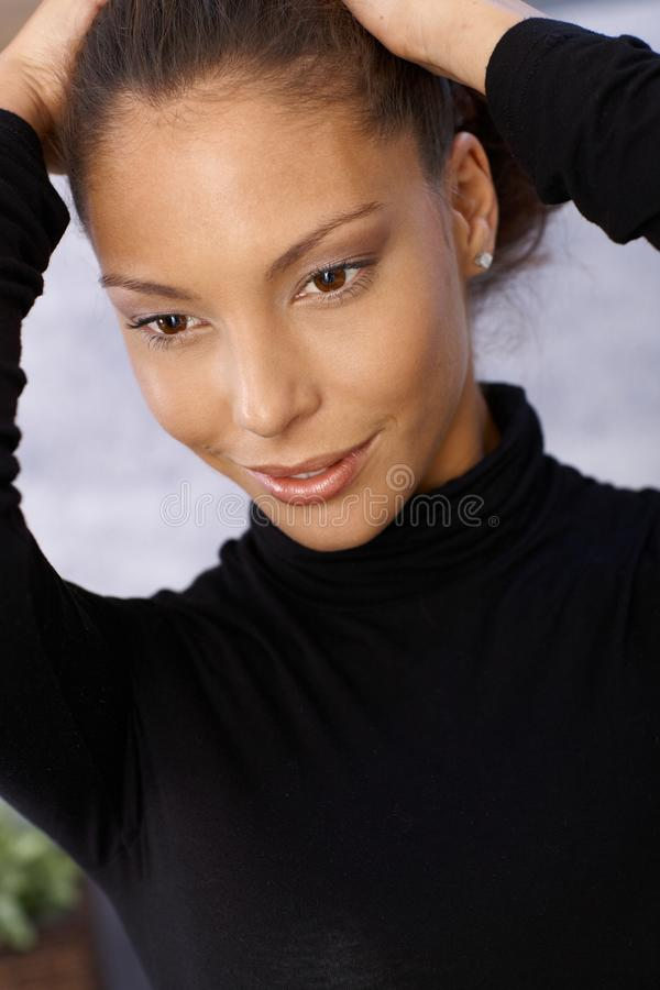Nahaufnahmeportrait der lächelnden afroen-amerikanisch Frau lizenzfreies stockbild