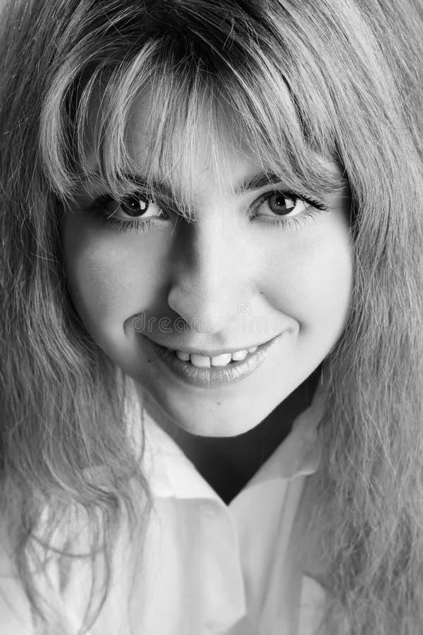 Nahaufnahmeportrait der recht jungen Blondine lizenzfreies stockbild
