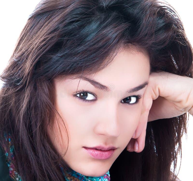 Nahaufnahmeportrait der reizvollen kaukasischen jungen Frau lizenzfreie stockbilder