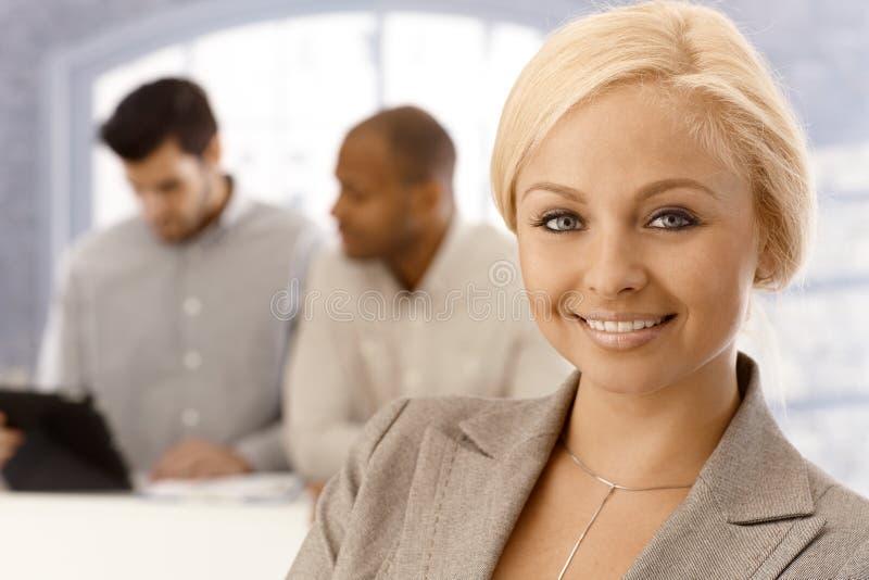 Nahaufnahmeportrait der schönen Geschäftsfrau stockfotos