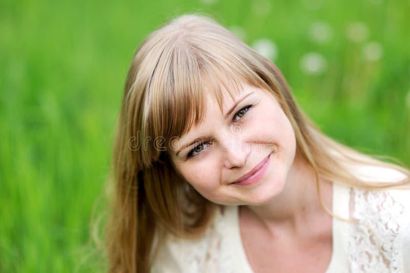 Nahaufnahmeportrait der schönen jungen blonden Frau stockbilder