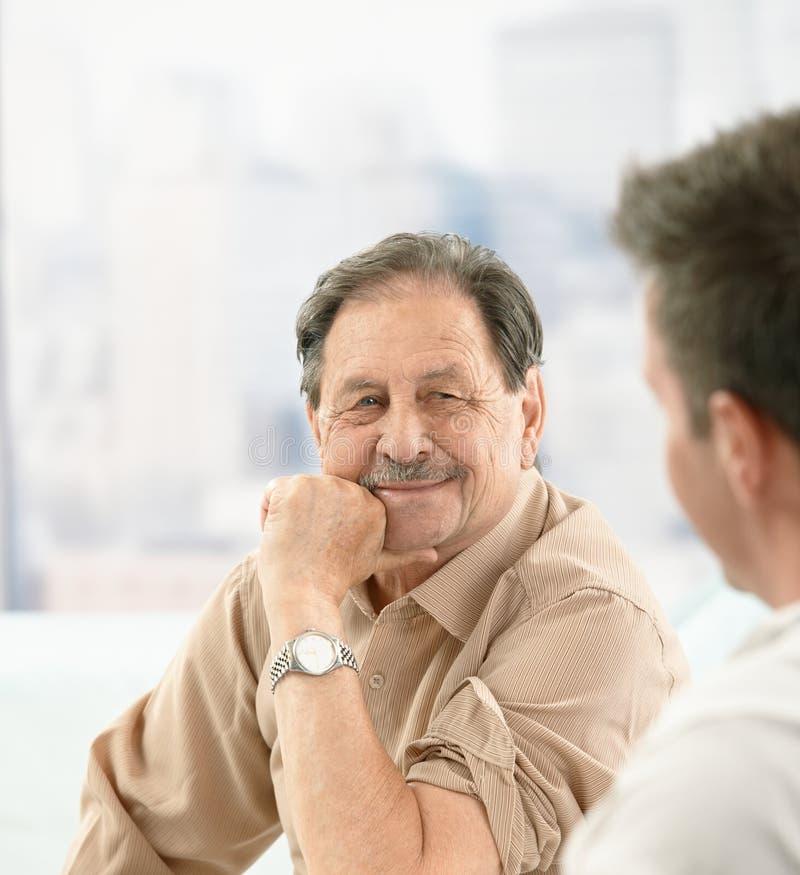 Nahaufnahmeportrait des älteren Patienten am Doktor stockfotos
