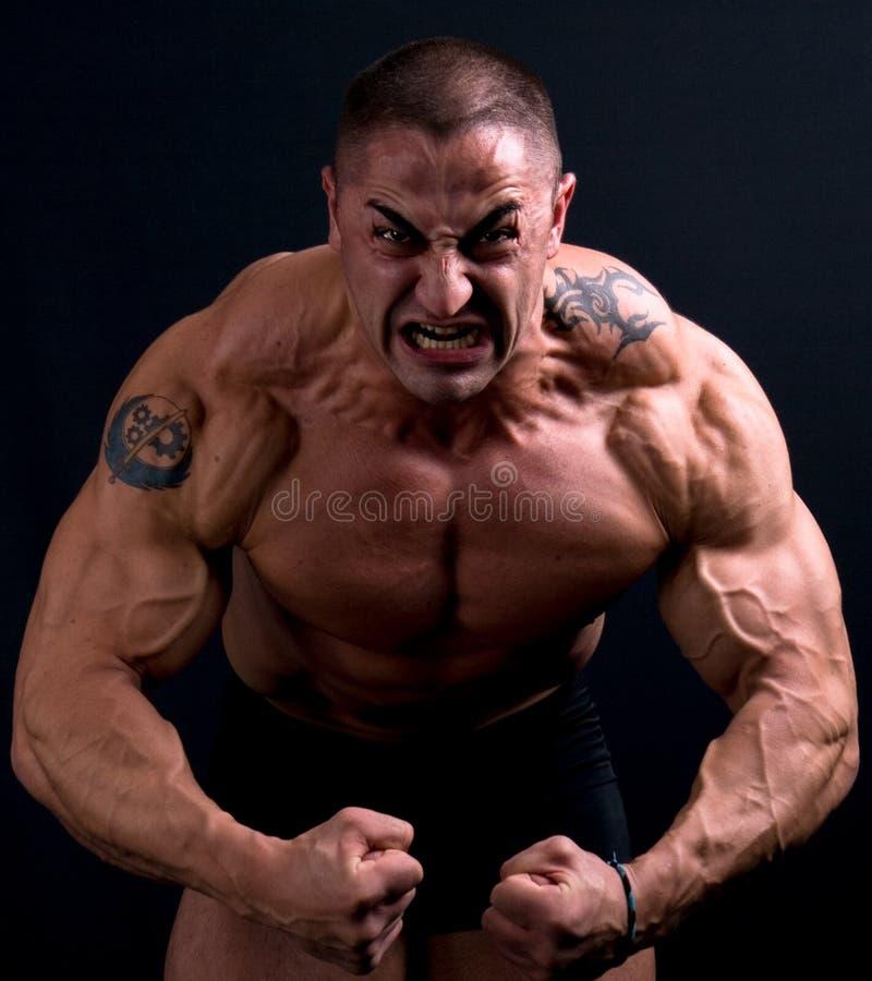 Nahaufnahmeportrait des furchtsamen Mannes schauend betont lizenzfreie stockfotos