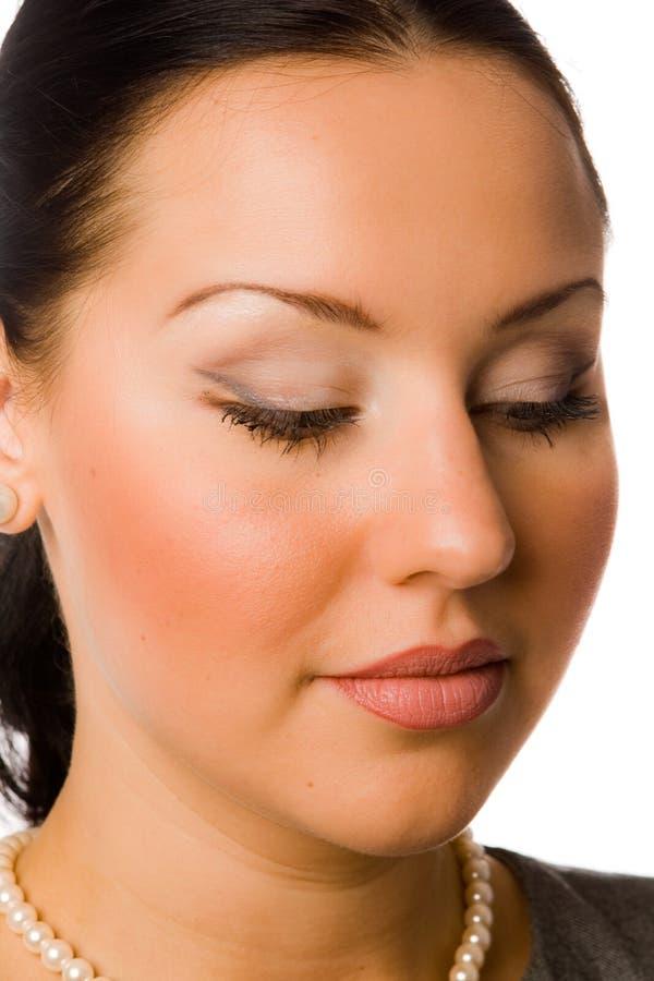 Nahaufnahmeportrait des hübschen Brunette getrennt lizenzfreie stockbilder