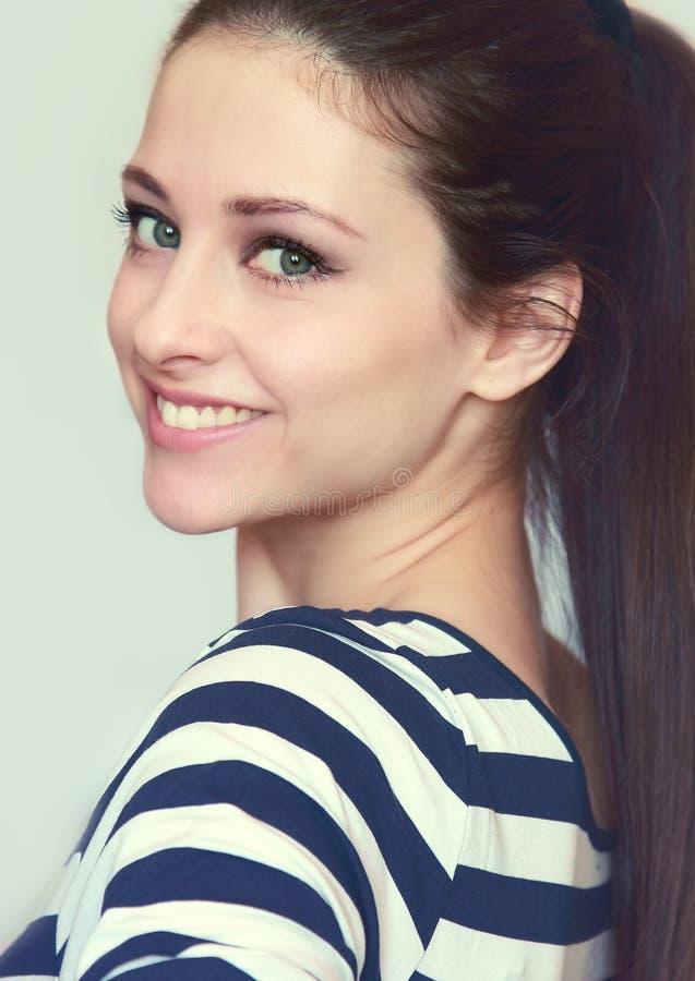 Nahaufnahmeportrait des lächelnden jugendlich Mädchens lizenzfreie stockfotos