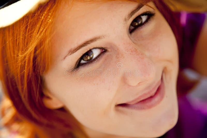 Nahaufnahmeportrait des schönen red-haired Mädchens. lizenzfreie stockfotografie