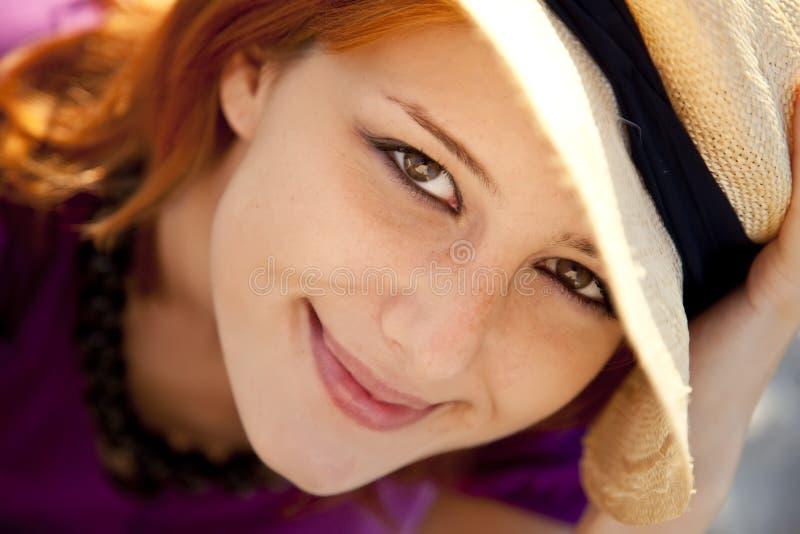 Nahaufnahmeportrait des schönen red-haired Mädchens. lizenzfreies stockfoto