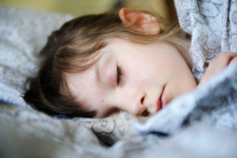 Nahaufnahmeportrait des schlafenden netten kleinen Mädchens lizenzfreies stockfoto