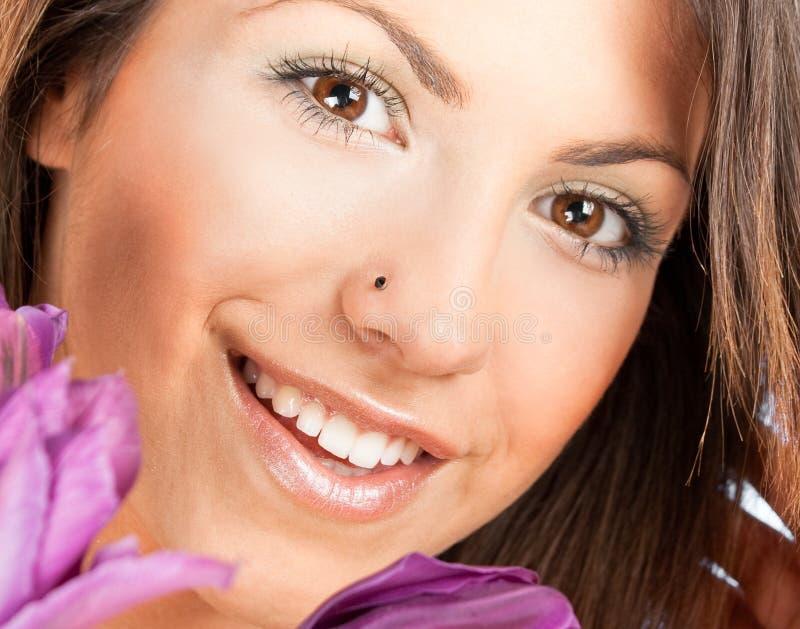 Nahaufnahmeportrait einer glücklichen jungen Frau lizenzfreie stockbilder