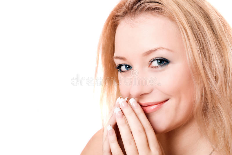Nahaufnahmeportrait einer lächelnden jungen Blondine lizenzfreies stockbild