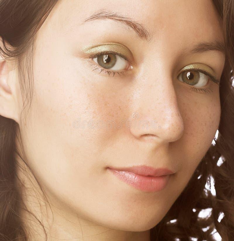 Nahaufnahmeportrait einer schönen Frau stockbilder