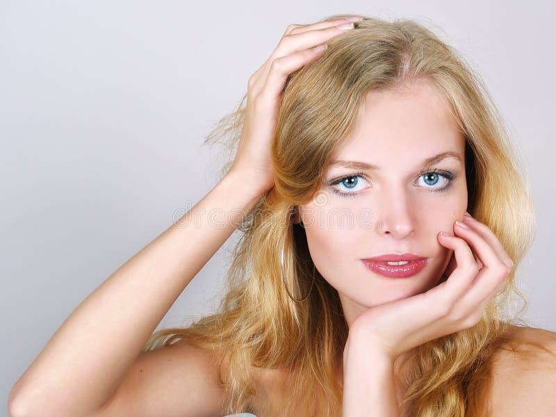 Nahaufnahmeportrait einer schönen jungen Frau lizenzfreies stockbild
