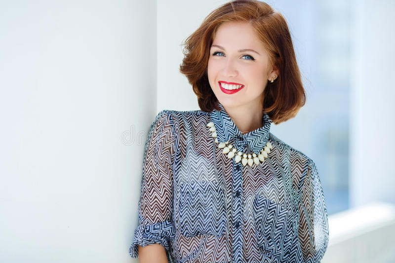 Nahaufnahmeportrait eines glücklichen Lächelns der jungen Frau lizenzfreie stockfotos