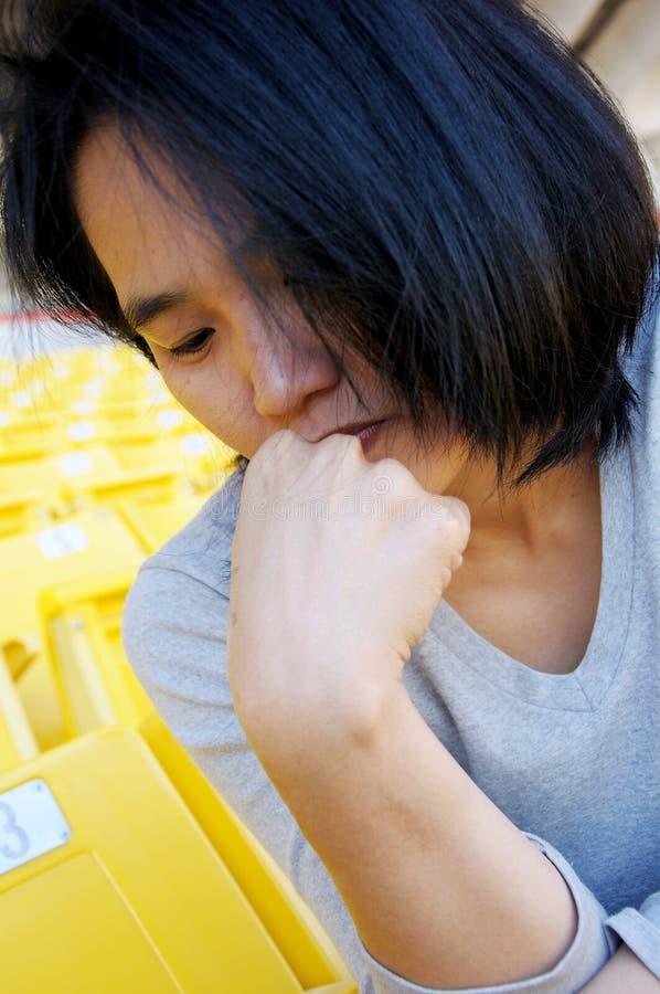 Nahaufnahmeportrait eines jungen asiatischen traurigen Mädchens stockbild