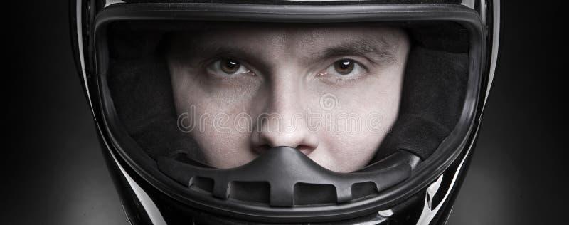 Nahaufnahmeportrait eines Mannes im Sturzhelm lizenzfreie stockfotografie