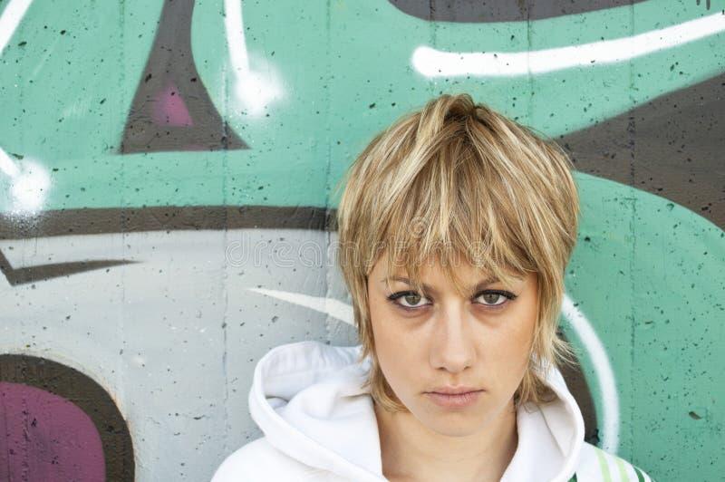 Nahaufnahmeportrait eines traurigen jungen Mädchens stockfotos