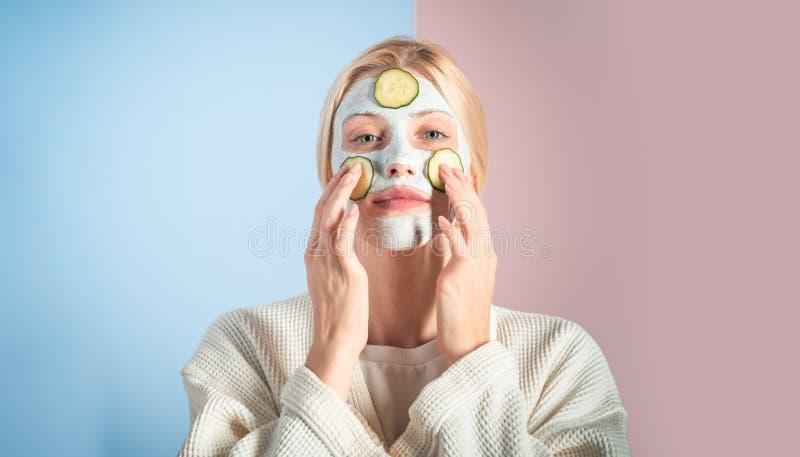 Nahaufnahmeportrait getrennt auf Weiß Pumpenflasche für Gesichtssahne Schönes junge Frauen-Gesicht mit frischer Haut Schönheitsfa stockbilder
