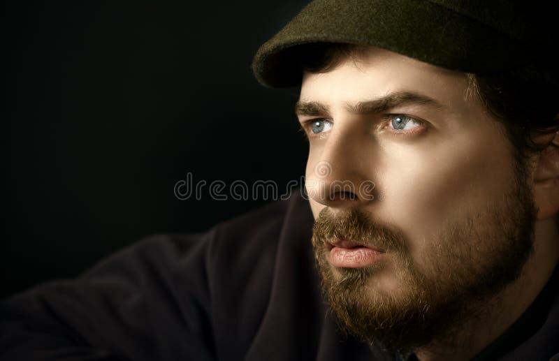Nahaufnahmeportrait nachdenklichen m lizenzfreie stockfotos