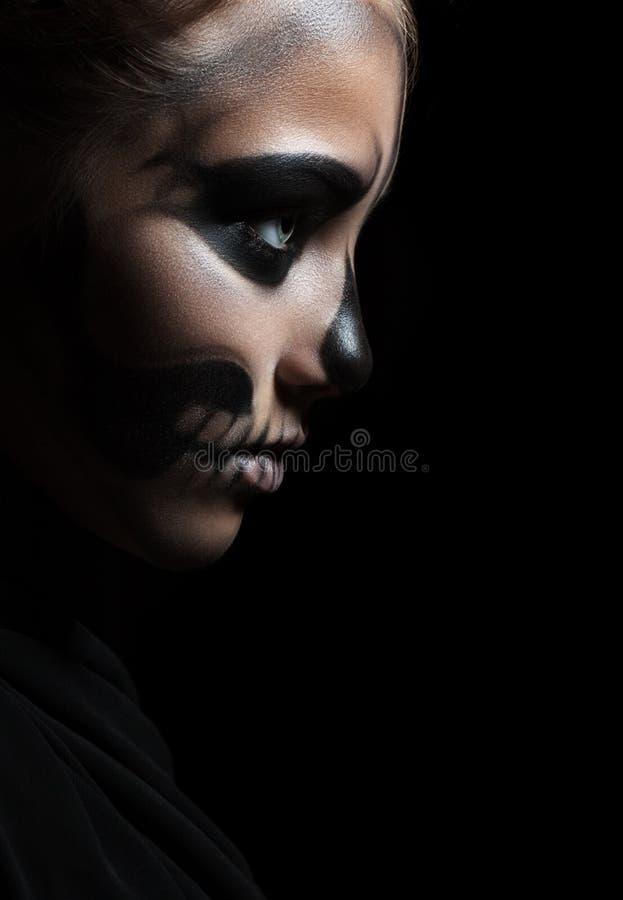 Nahaufnahmeprofil eines Mädchens mit dem Make-upskelett Halloween-Porträt lokalisierung stockbild