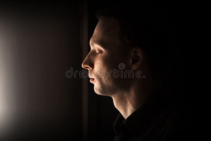 Nahaufnahmeprofilporträt des Mannes mit geschlossenen Augen lizenzfreie stockfotografie