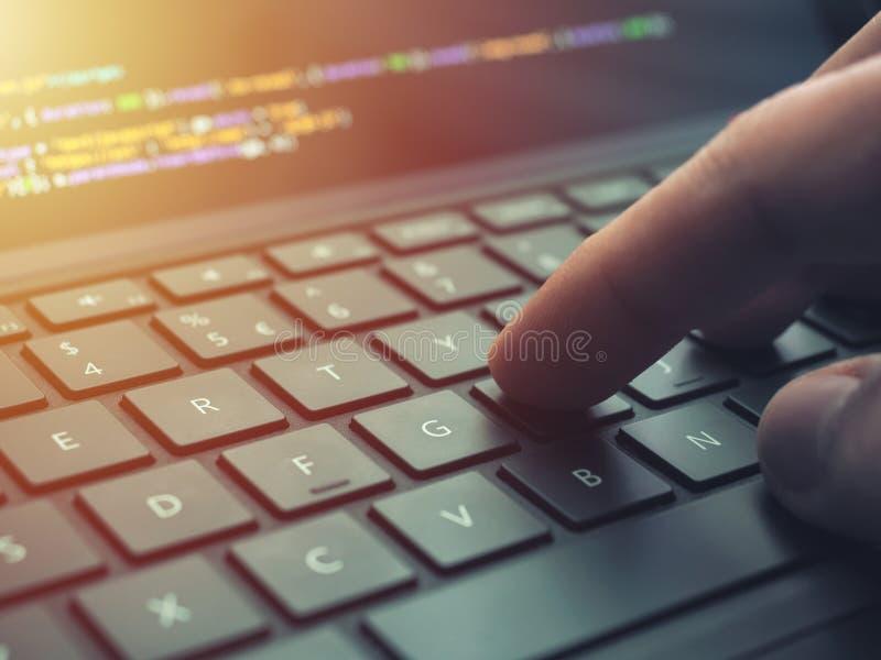 Nahaufnahmeprogrammiererkodierung auf Schirm Hände, die HTML kodieren und auf Laptopschirm, Web-Entwicklung, Entwickler programmi stockbilder