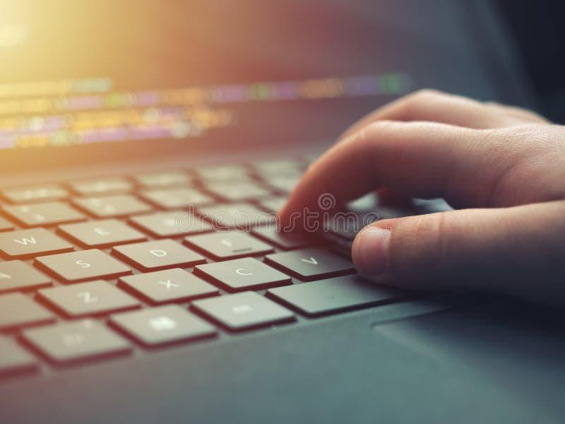 Nahaufnahmeprogrammiererkodierung auf Schirm Hände, die HTML kodieren und auf Laptopschirm, Web-Entwicklung, Entwickler programmi stockfotografie