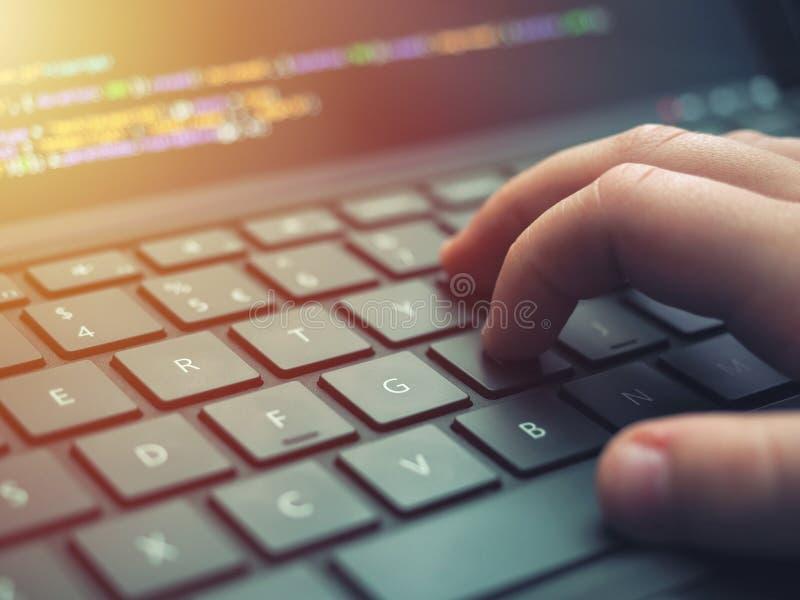 Nahaufnahmeprogrammiererkodierung auf Schirm Hände, die HTML kodieren und auf Laptopschirm, Web-Entwicklung, Entwickler programmi stockbild