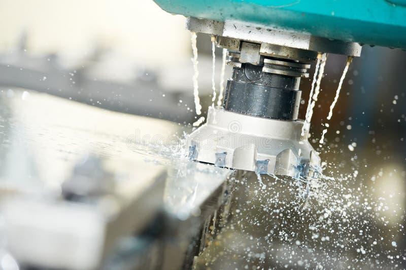 Nahaufnahmeprozeß des Metalls maschinell bearbeitend durch Tausendstel stockfoto