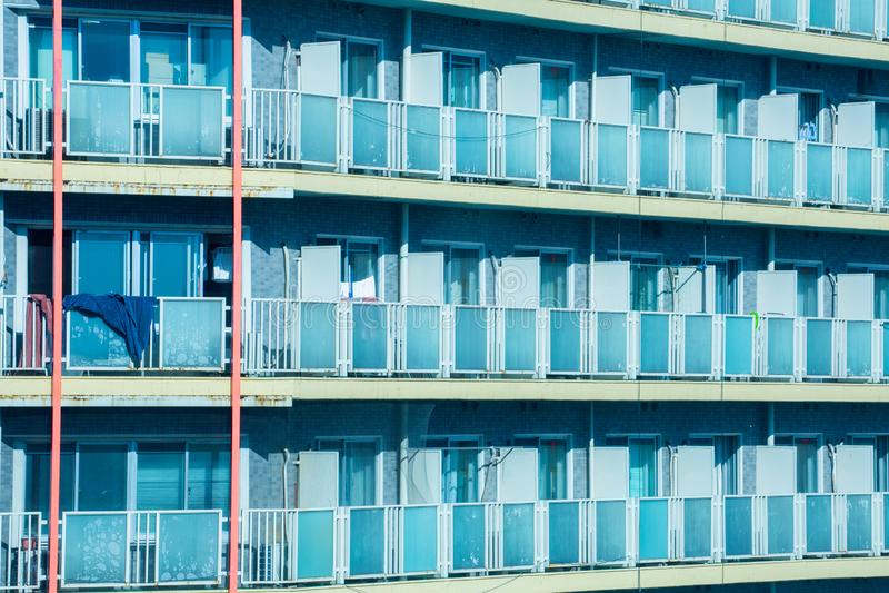 Nahaufnahmeräume auf hohen Gebäuden in Tokyo, Japan stockbild