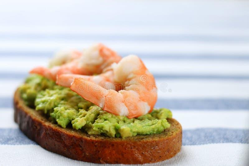 Nahaufnahmesandwich mit Avocado guacomole und Meeresfrüchte srimp lizenzfreie stockfotos