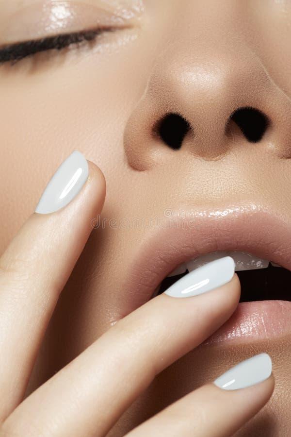 Nahaufnahmeschönheit. Vorbildliches Gesicht mit hellem Make-up u. Maniküre lizenzfreie stockfotos