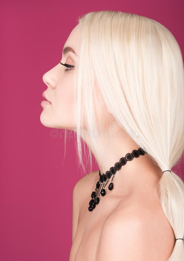 Nahaufnahmeschönheitsporträt der jungen Schönheit im Profil lizenzfreie stockbilder