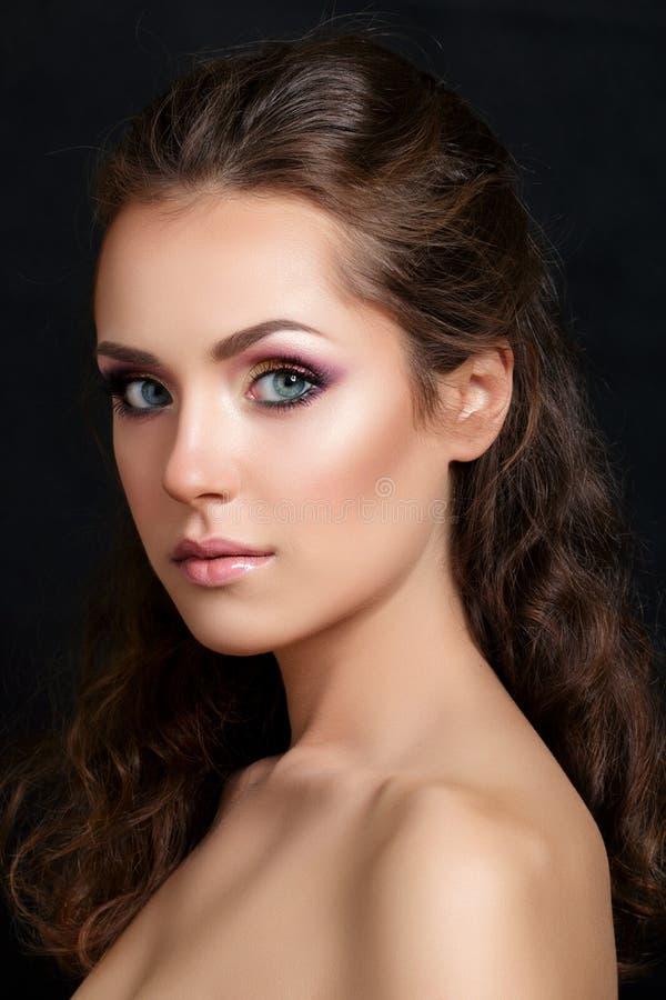 Nahaufnahmeschönheitsporträt des jungen hübschen Brunette stockbild