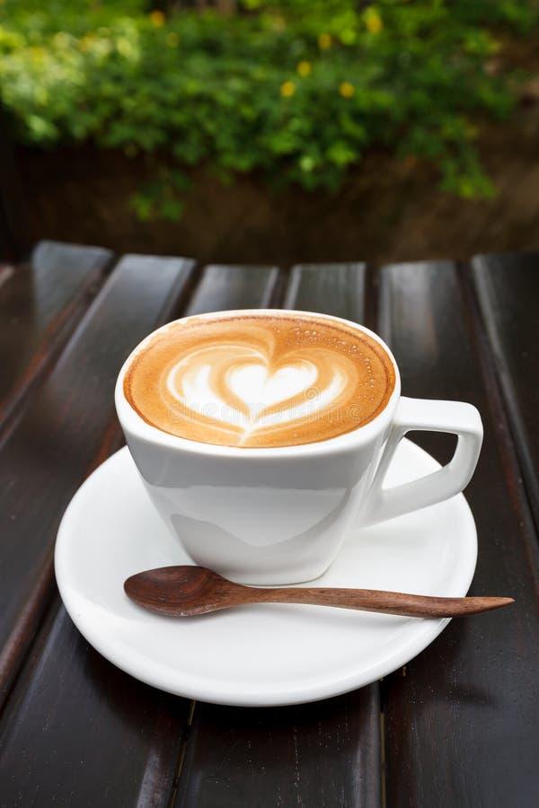 Nahaufnahmeschale Lattekaffee auf hölzernem (selektiver Fokus) stockbild