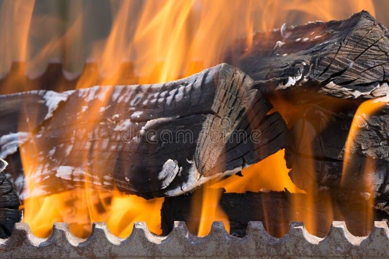 Nahaufnahmeschuß der hölzernen Spule des Feuers in bbq lizenzfreies stockbild