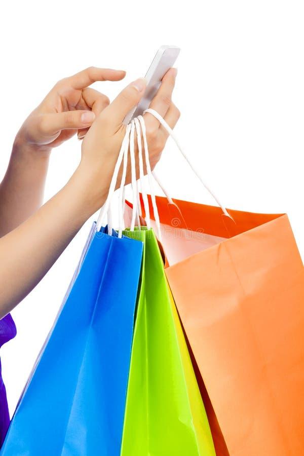 Nahaufnahmeschuß einer Person, die einen Handy hält, um online zu kaufen lizenzfreies stockbild