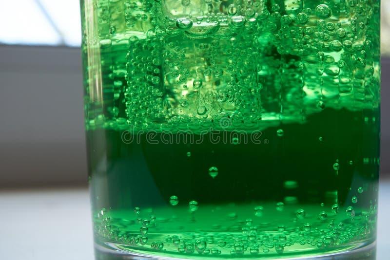 Nahaufnahmeschuß eines Grün mit Kohlensäure durchgesetzten Wassers lizenzfreie stockfotografie