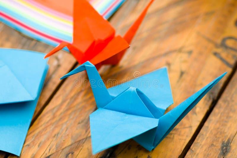 Nahaufnahmeschuß von den bunten Papieren, zum von Origamikunst zu machen stockbilder